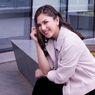 Jessica Mila Kesulitan Berjalan Menggunakan Tongkat dalam Film Invalidite
