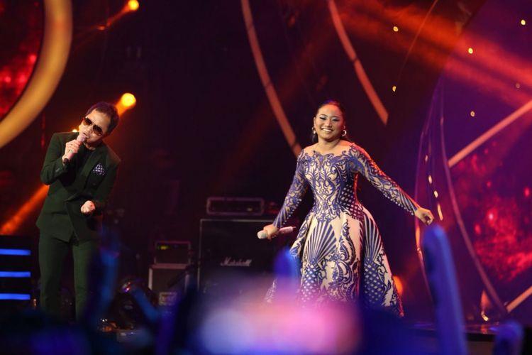 Maria Simorangkir dan Sandhy Sondoro tampil bersama di panggung Result and Reunion Show Indonesian Idol 2018 yang digelar di Ecovention Taman Impian Jaya Ancol, Jakarta Utara, Senin (23/4/2018).