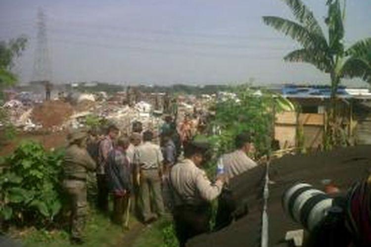 Sebanyak 200 personel satpol PP melakukan penjagaan saat pengukuran di Taman BMW, Sunter, Tanjung Priok, Jakarta Utara, Kamis (5/12/2013).