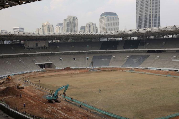 Pekerja menyelesaikan proyek renovasi di Stadion Utama Gelora Bung Karno (GBK) Jakarta, Jumat (17/3/2017). Kawasan Gelora Bung Karno (GBK) yang akan menjadi venue penyelenggaraan Asian Games XVIII 2018 mendatang bakal direnovasi dengan standar internasional untuk pertandingan olahraga dan ditargetkan selesai pada November 2017.