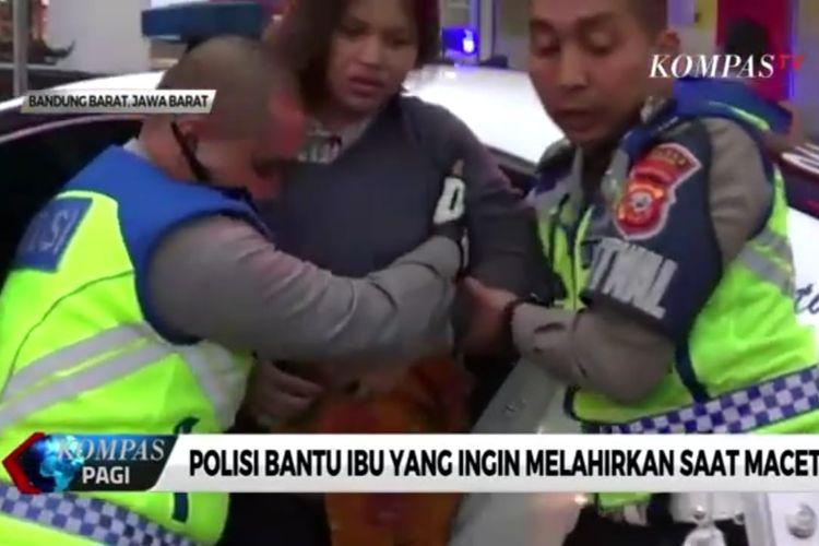 Polisi bantu ibu hamil yang akan melahirkan saat terjebak macet di kawasan Lembang