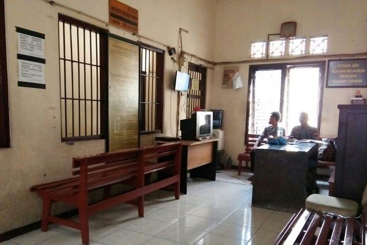 Petugas polisi melakukan penjagaan di ruang tahanan Polres Klaten, Jawa Tengah, Jumat (29/12/2017).