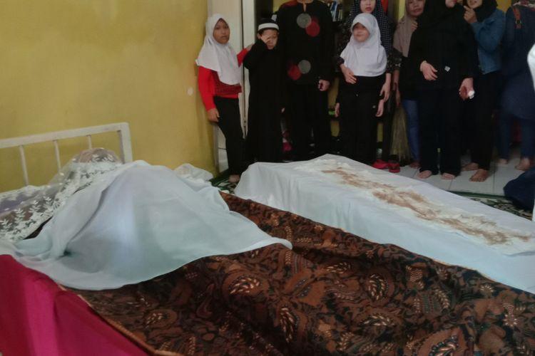 Jenazah musisi Dian Pramana Potra di rumah duka yang beralamatkan di Jalan Tebet Barat, Jakarta Selatan. Dian meninggal dunia di rumahnya lantaran mengidap penyakit kanker darah atau leukimia.