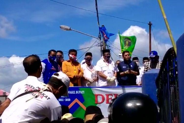 Bupati Muna Barat, La Ode Muhamad Rajiun Tumada (baju putih), melakukan orasi di depan pendukungnya usai mendaftar di KPU Muna Barat, Jumat (4/9/2020).