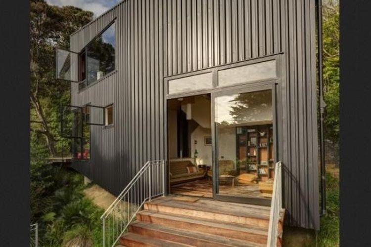 Rumah dengan ukuran yang tidak terlalu besar ini diselimuti oleh baja berwarna hitam sebagai kulit eksteriornya. Di dalam, lantai rumah ini ditutup dengan menggunakan lantai torata daur ulang. Sementara itu, plafon yang ada di ruang makan menggunakan kayu pinus dengan lapisan mengkilap.