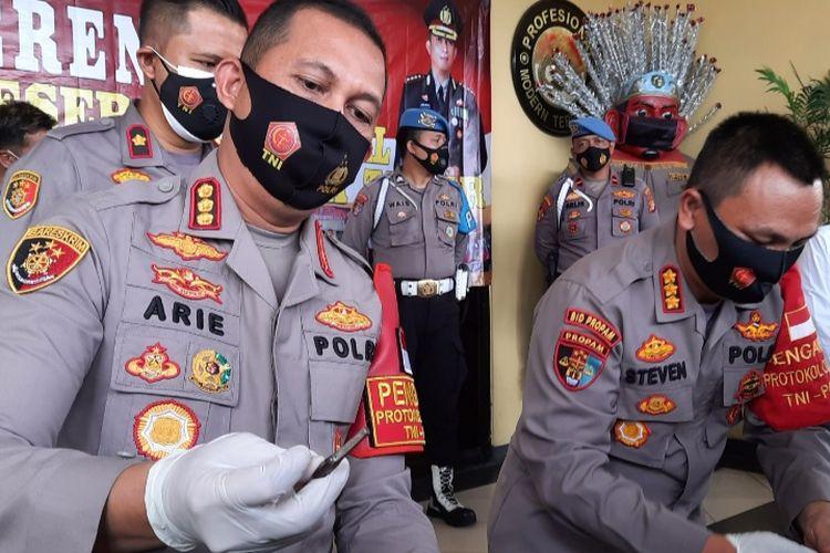 Kapolres Jakarta Timur Kombes Pol Arie Ardian menunjukkan kunci leter T yang dipakai pencuri kendaraan bermotor, dalam jumpa pers Rabu (6/1/2021).