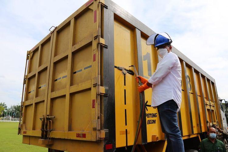 Direktur Jenderal Perhubungan Darat (Dirjen Hubdat), Budi Setiyadi memotong truk ODOL di Palembang.