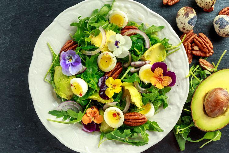 Ilustrasi edible flowers sebagai campuran salad