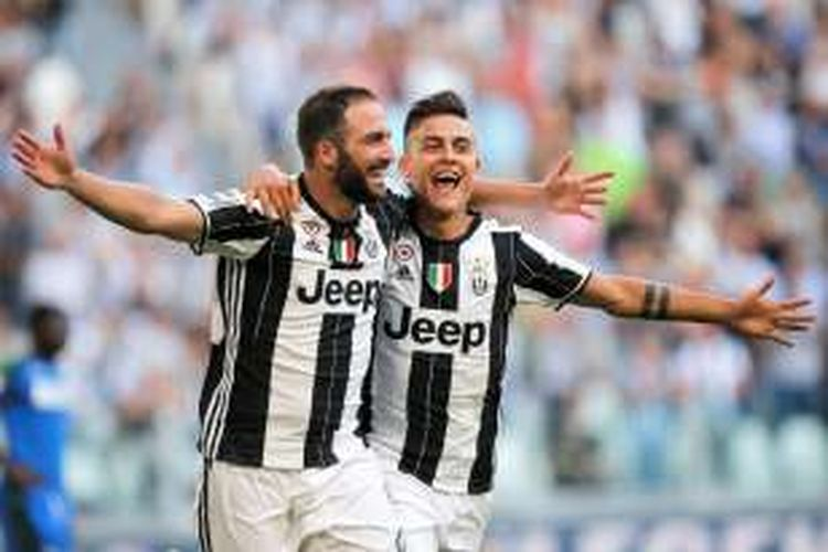 Gonzalo Higuain dan Paulo Dybala merayakan gol Juventus ke gawang Sassuolo pada partai Serie A di Juevntus Stadium, 10 September 2016.