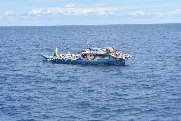 Kapal ikan Indonesia yang ditangkap karena diduga mempekerjakan warga negara asing.