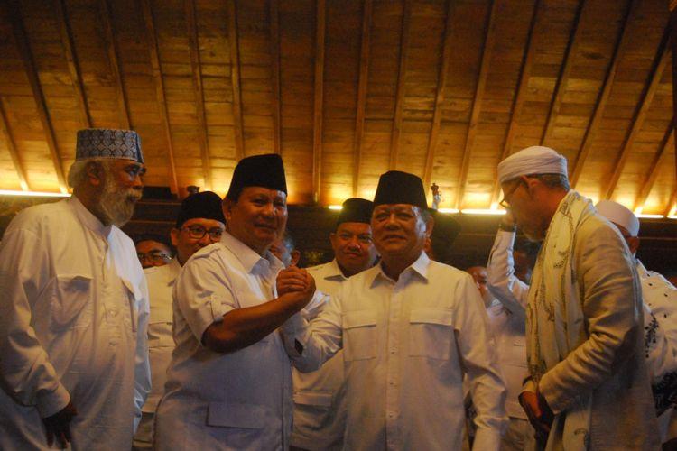 Ketua Umum Partai Gerindra Prabowo Subianto (kiri) bersama calon gubernur Jawa Barat dari Partai Gerindra Mayjen (Purn) Sudrajat (kanan) berjabat tangan sebagi tanda resminya Gerindra mengusung Sudrajat sebagai calon gubernur Jawa Barat dalam Pilkada Jabar 2018, di kediaman Prabowo, Bukit Hambalang, Kecamatan Babakan Madang, Kabupaten Bogor, Sabtu (9/12/2017).