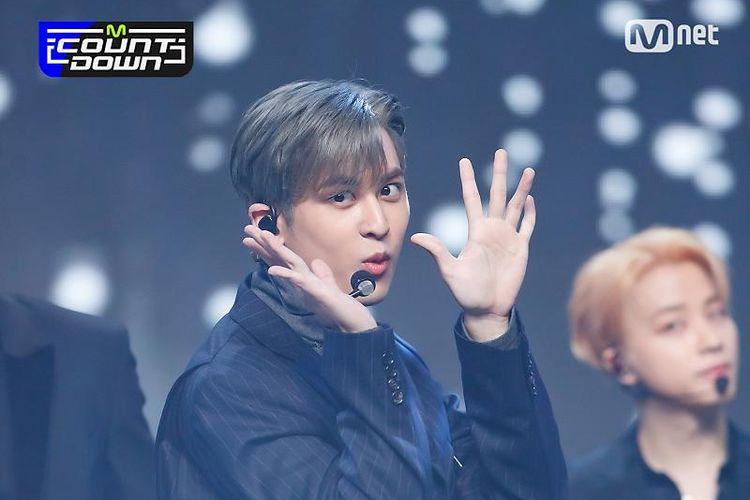 Chanwoo melakukan meme muyaho saat tampil bersama iKON di acara musik M Countdown.