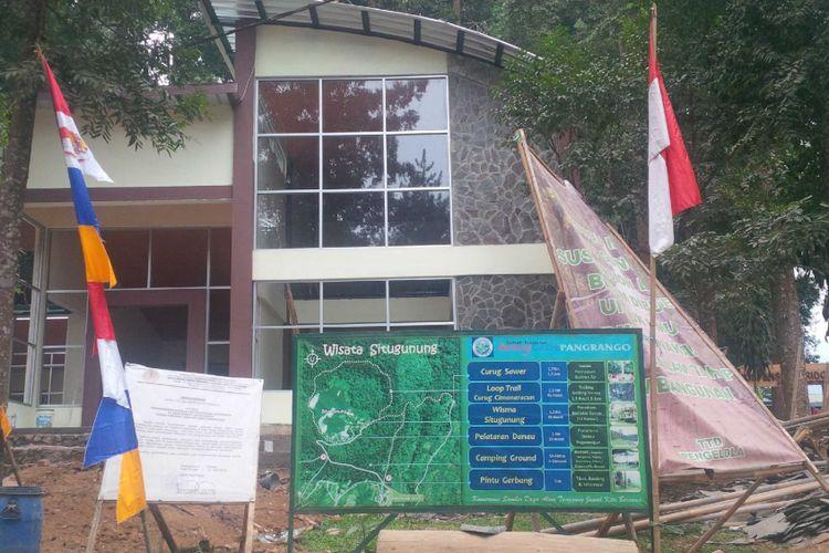 Salah satu bangunan dalam proyek pembangunan sarana prasaranan wisata alam di Resort Situ Gunung, Kadudampit, Sukabumi, Jawa Barat, Selasa (7/8/2018).
