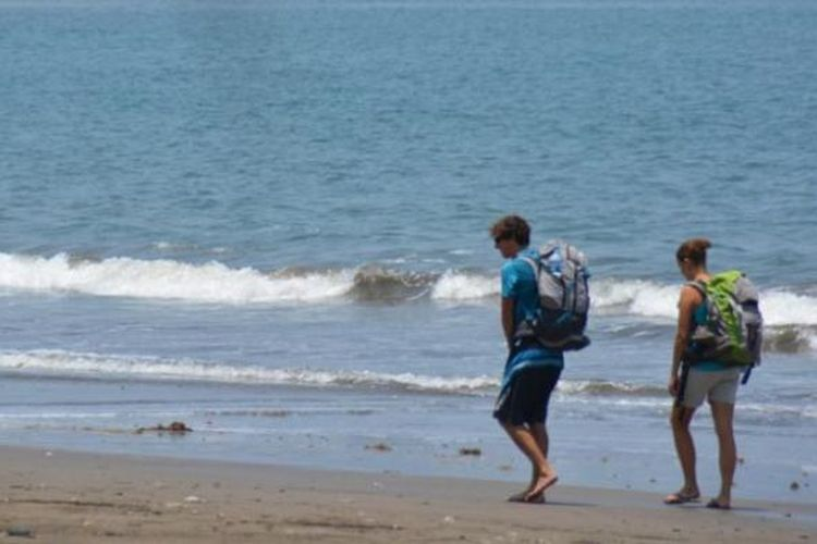 Turis berwisata di pantai Mbolata, Kabupaten Manggarai Timur, Flores, Nusa Tenggara Timur.