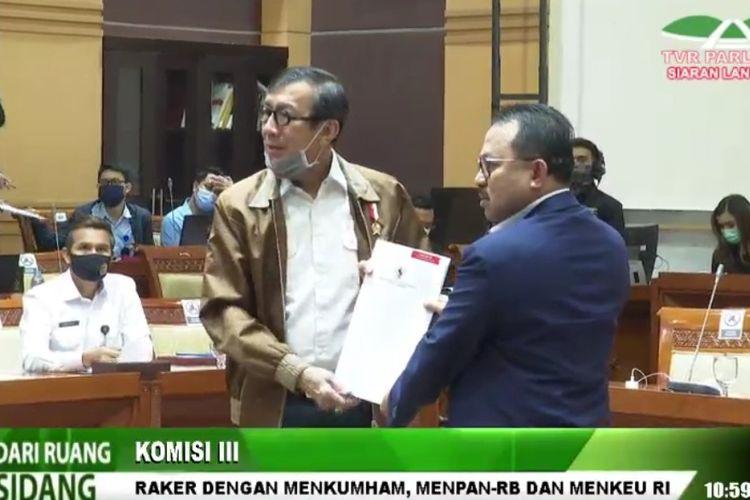 Menteri Hukum dan HAM Yasonna Laoly menyerahkan DIM RUU tentang MK kepada Komisi III DPR di Kompleks Parlemen, Senayan, Jakarta, Selasa (25/8/2020).