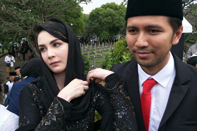 Artis peran Arumi Bachsin dan suaminya Emil Dardak saat ditemui usai prosesi pemakaman Ani Yudhoyono di Taman Makam Pahlawan Kalibata, Pancoran, Jakarta Selatan, Minggu (2/6/2019).