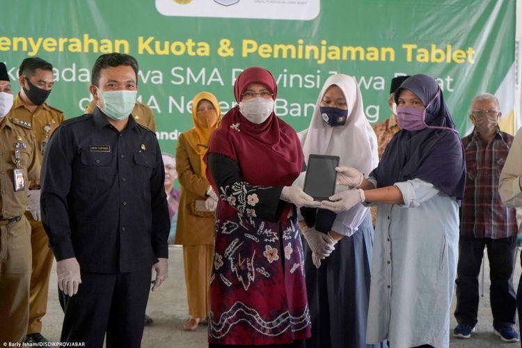 Sekolah Menengah Atas Negeri (SMAN) 9 Bandung memberikan bantuan kuota dan peminjaman tablet kepada siswa secara simbolis di Aula SMAN 9 Bandung, Jln. Suparmin No. 1A, Kota Bandung, Senin (31/8/2020).