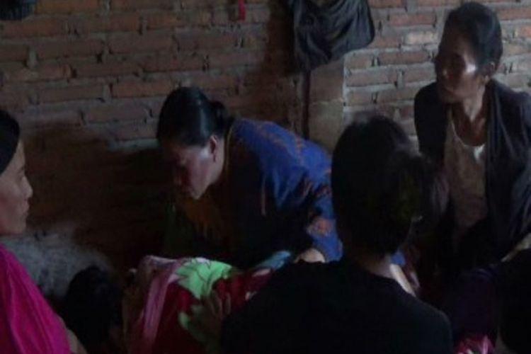 Nenek Agustina dikerubuti warga saat tiba di rumah setelah tersesat di hutan selama 6 hari.