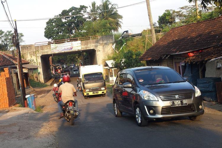 Sejumlah kendaraan melintas di jalan alternatif Leles-Sukaluyu atau jalur tikus, Cianjur, Jawa Barat. Selama larangan mudik 6-17 Mei, jalur tikus akan dijaga ketat untuk halau pemudik nekat.