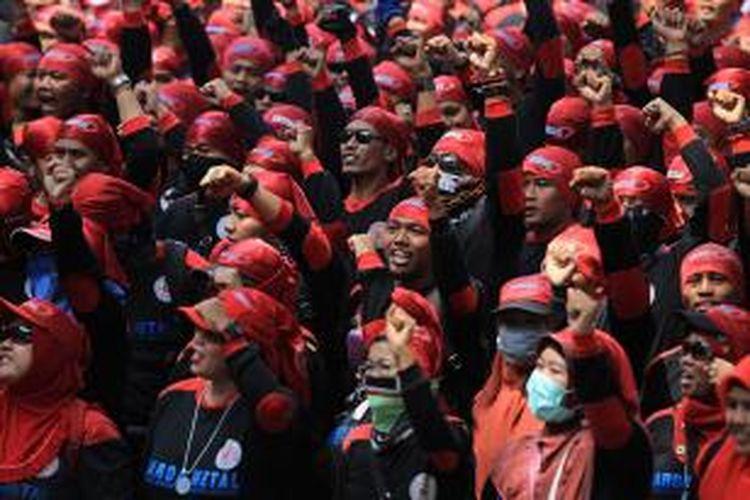Buruh dari berbagai elemen melakukan aksi unjuk rasa di kawasan Istana Negara, Jakarta, Senin (1/9/2015).