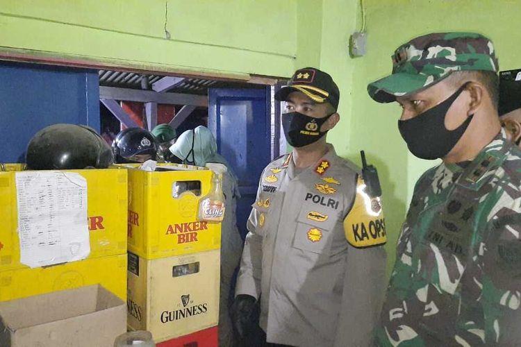 Ratusan botol minuman keras (miras) dalam operasi gabungan TNI-Polri pada malam Hari Raya Idul Fitri di Kabupaten Subang, Minggu (24/5/2020).