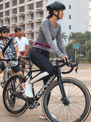 Luna Maya mengunggah foto dirinya tengah menjajal olahraga sepeda.