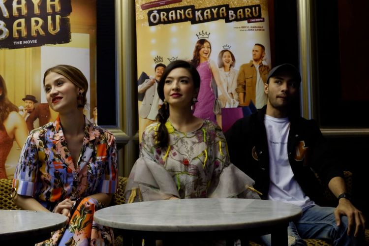 Artis peran Raline Shah bersama para pemain film Orang Kaya Baru dalam gala premier film tersebut di Bandung, Jumat (18/1/2019).