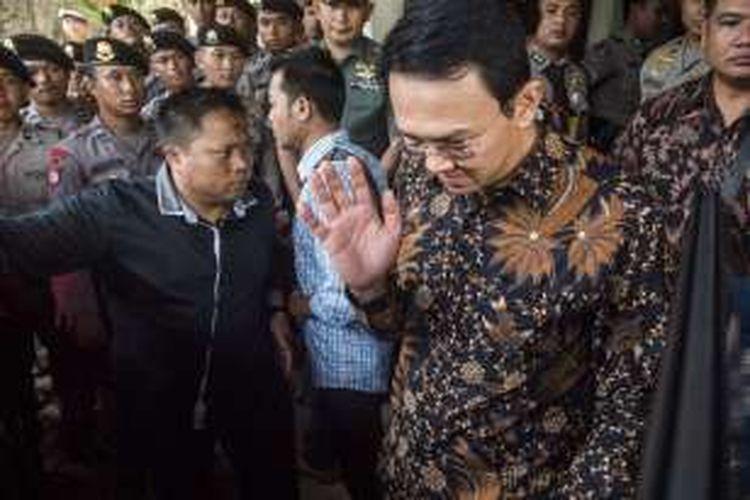 Gubernur DKI Jakarta nonaktif Basuki Tjahaja Purnama melambaikan tangan seusai menjalani sidang lanjutan kasus dugaan penistaan agama di PN Jakarta Utara, Jakarta, Selasa (20/12). Sidang lanjutan digelar dengan agenda tanggapan jaksa atas nota keberatan (eksepsi).