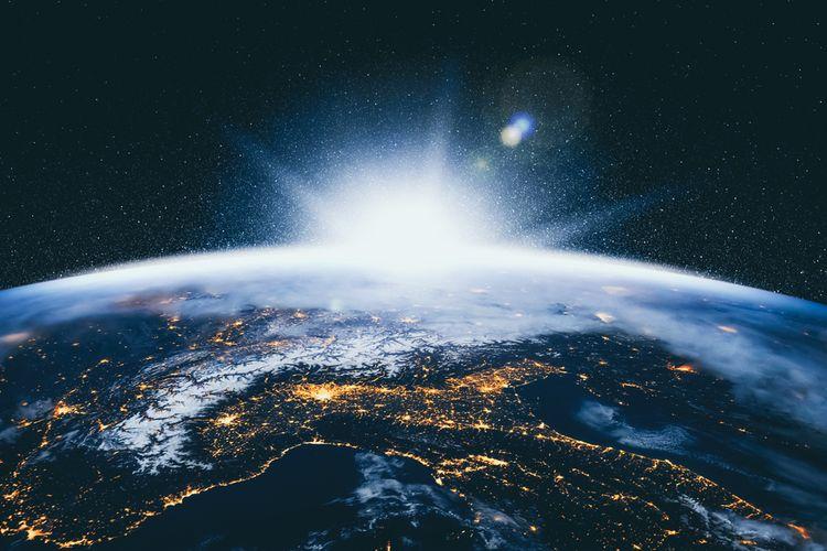 Penampakan Bumi pada malam hari diamati dari luar angkasa.
