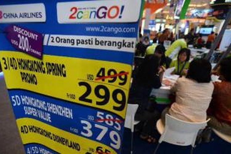 Pengunjung memadati penjualan tiket penerbangan murah dan paket wisata di ajang Astindo Fair 2014 di Jakarta Convention Center, Jumat (21/3/2014). Pameran yang diikuti berbagai komponen pariwisata ini akan berlangsung hingga 23 Maret dengan menargetkan pengunjung 75.000 orang serta transaksi mencapai Rp 85 miliar.