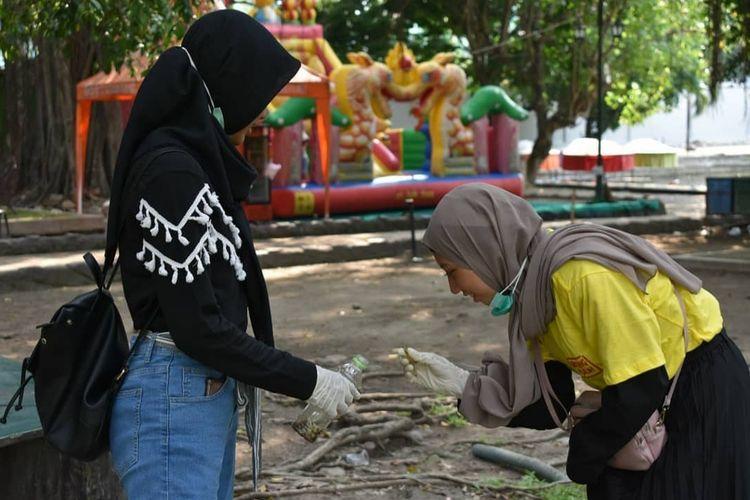 Anak-anak yang tergabung dalam Forum Anak Surakarta (FAS) mengikuti aksi memungut puntung rokok yang diadakan Yayasan Kepedulian untuk Anak Surakarta (Kakak) di tempat umum yang ada di Kota Solo, Jawa Tengah pada Maret 2019. Kegiatan ini diadakan untuk semakin menyadarkan anak akan bahaya rokok.