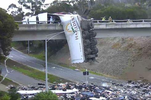 Alami Kecelakaan, Truk di Australia Dibiarkan Tergantung di Jembatan