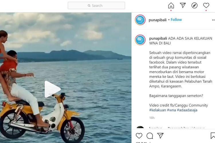 turis ceburkan diri ke laut dengan motor