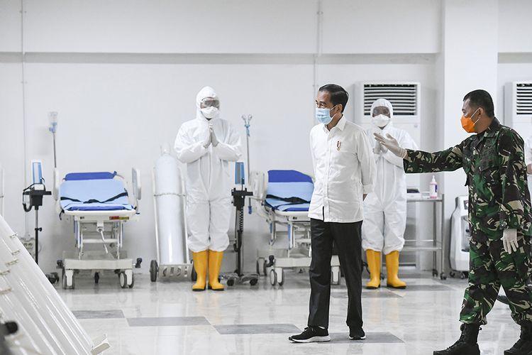 Presiden Joko Widodo melihat peralatan medis di ruang IGD saat meninjau Rumah Sakit Darurat Penanganan COVID-19 Wisma Atlet Kemayoran, Jakarta, Senin (23/3/2020). Presiden Joko Widodo memastikan Rumah Sakit Darurat Penanganan COVID-19 Wisma Atlet Kemayoran siap digunakan untuk menangani 3.000 pasien.