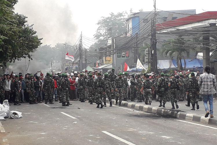 Massa dari arah Tanah Abang, Jakarta Pusat, kembali melempat batu dan meneriaki polisi di Petamburan, Jakarta Barat, Rabu (22/05/2019)