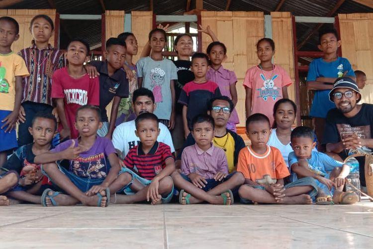 Foto  : Para guru dan murid PLK Wairbukan, Desa Wairterang, Kecamatan Waigete, Kabupaten Sikka, pose bersama di gedung sekolah itu.