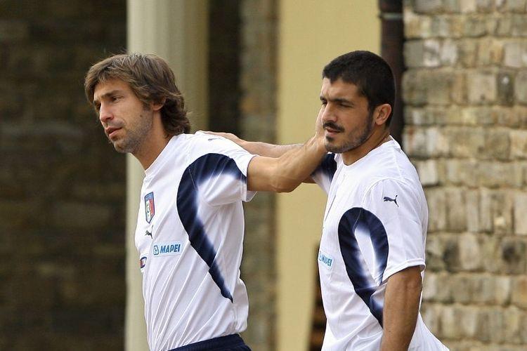 Andrea Pirlo (kiri) bergurau dengan rekannya, Gennaro Gattuso, saat keduanya masih menjadi pemain tim nasional Italia, di Florence, Italia, 3 Oktober 2006.