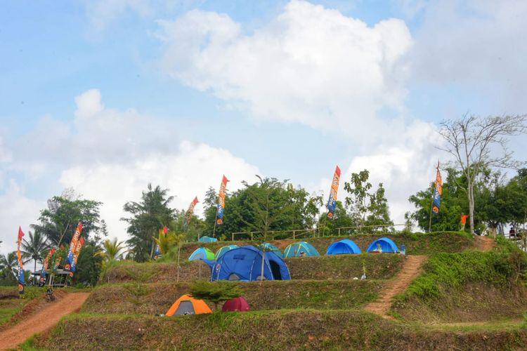 Wakil Gubernur (Wagub) Jawa Barat (Jabar) Uu Ruzhanul Ulum saat menghadiri acara silaturahmi Kelompok Sadar Wisata (Pokdarwis) Kabupaten Ciamis di Pasir Jati, Desa Sidamulih, Kabupaten Ciamis, Minggu (10/10/2021).
