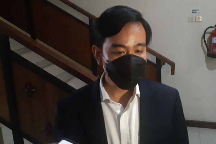 Wali Kota Solo, Gibran Rakabuming Raka ditemui seusai menggelar rapat pemberlakukan PPKM Darurat di Balai Kota Solo, Jawa Tengah, Kamis (1/7/2021).