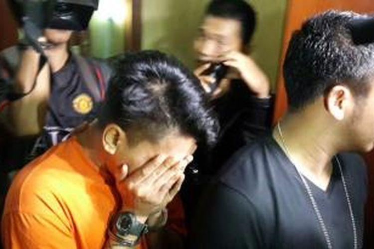 Mucikari prostitusi online yang ditangkap Polres Metro Jakarta Selatan saat digelandang aparat, Sabtu (9/5/2015).