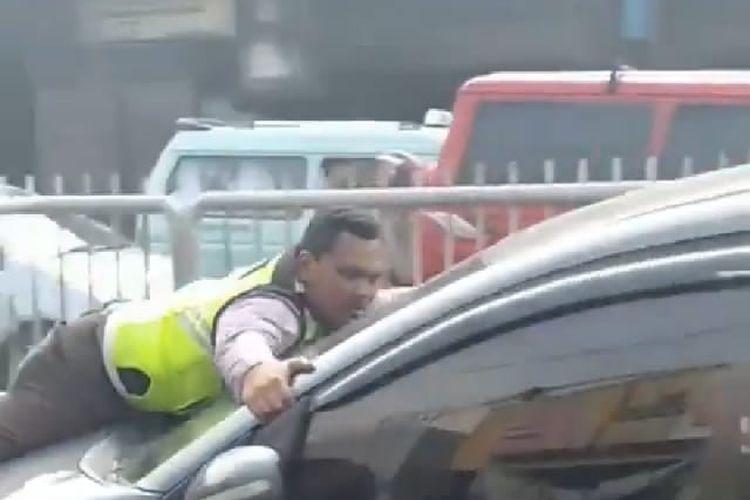 Honda Mobilio Tabrak Polisi di Pasar Minggu