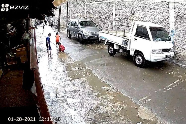 Video viral detik-detik bocah terlindas mobil di Kembangan, Jakarta Barat, Kamis (28/1/2021).