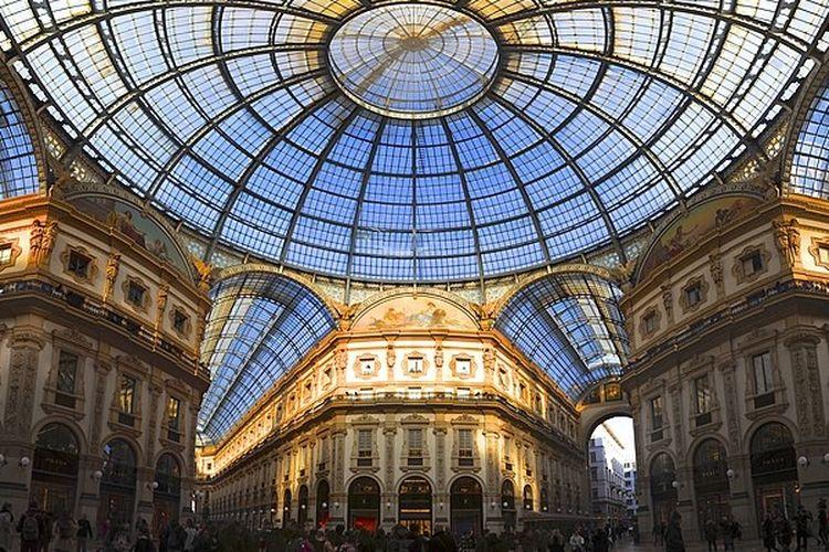 Pusat perbelanjaan Galleria Vittorio Emanuele II di kota Milan, Italia.