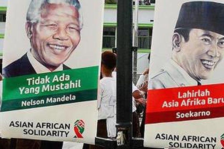 Siswa berbagai sekolah di Kota Bandung berlatih mengibarkan bendera peserta Konferensi Asia Afrika ke-60 di samping Gedung Merdeka, Kota Bandung, Jawa Barat, Selasa (14/4/2015). Berbagai persiapan mulai dari teknis acara hingga perbaikan infrastruktur dilakukan menyambut peringatan KAA yang akan berlangsung pada 19-24 April di Jakarta dan Bandung.