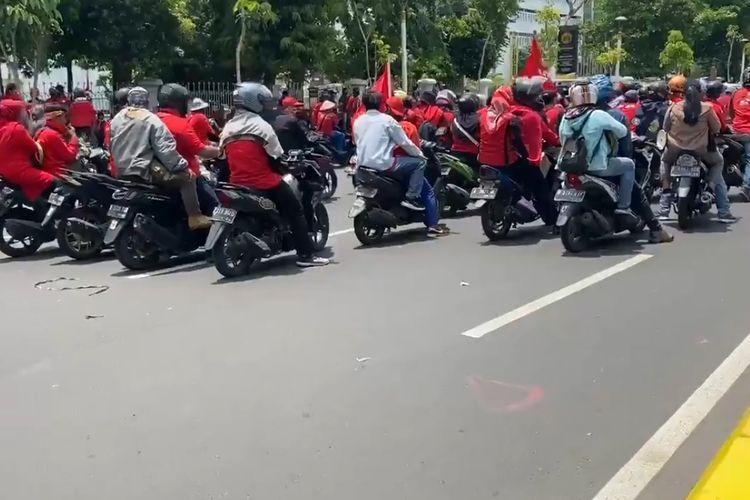 Massa pengunjuk rasa dari KASBI, atau Kongres Aliansi Serikat Buruh Indonesia, mulai memadati Jalan Pasar Senen Salemba pada Selasa (20/10/2020) pukul 12.25 WIB.