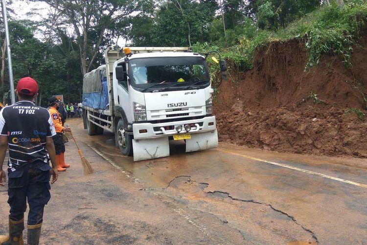 Truk besar melintasi lokasi longsor di Dusun Hayawang Desa Winduraja Kecamatan Kawali Kabupaten Ciamis, Kamis siang (18/2/2021).