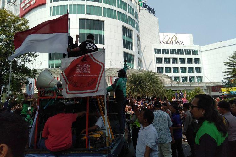 Ratusan Pengemudi Taksi Online melakukan demonstrasi di depan kantor Gojek di kawasan Blok M, Jakarta Selatan, Senin (5/8/2019)