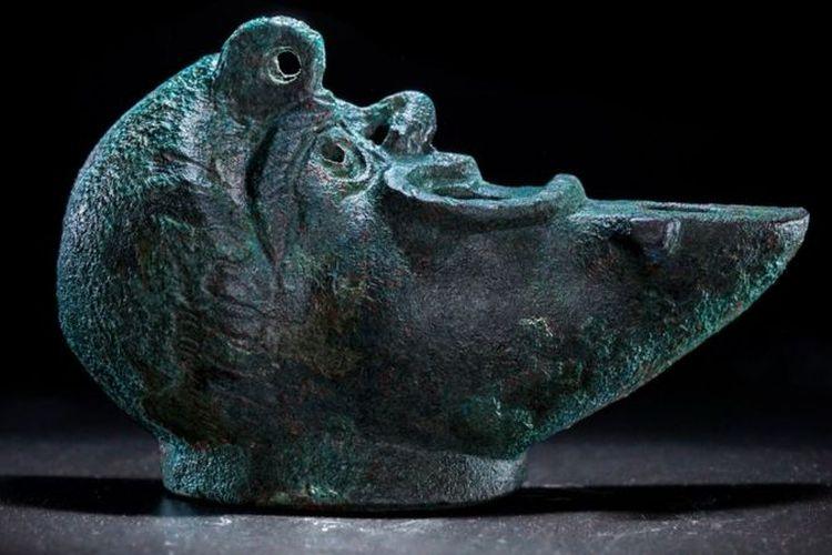 Lampu ini diperkirakan bagian dari benda-benda persembahan di abad pertama dulu.