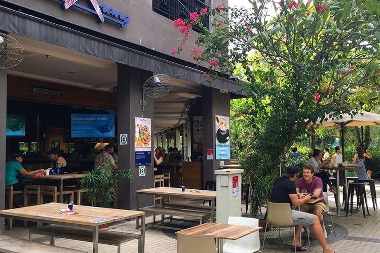 Warga menikmati sarapan sambil mengobrol di Kafe Boomarang, Roberson Quay, Singapura, Jumat pagi (19/6/2020). Hari Jumat ini adalah hari pertama fase 2 Singapura menuju new normal hidup berdampingan dengan virus Covid-19. Fase 2 menandai pulihnya roda perekonomian dan kehidupan sehari-hari di Singapura.