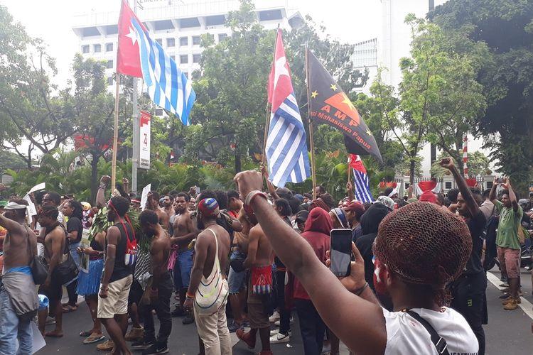 Unjuk Rasa Mahasiswa Papua di Depan Mabes TNI AD, Jakarta Pusat diwarnai Pengibaran Bendera Bintang Kejora, Rabu (28/8/2019).